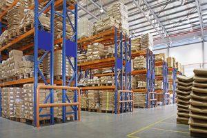 αποθήκη με πολυστρωματικά ράφια σε εργοστάσιο