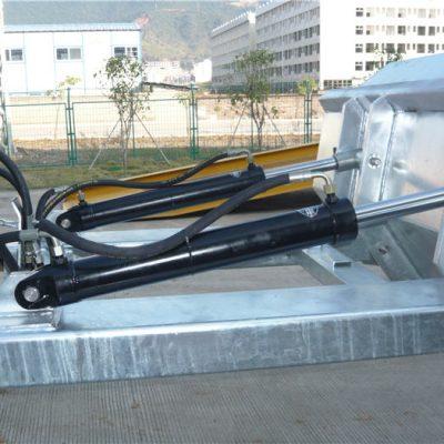"""Εύκολο στη χρήση μηχανισμό κλειδώματος θετικού κλειδώματος. Η αλυσίδα ασφαλείας ασφαλίζει τη χοάνη για το χειρισμό του οχήματος. Οι συγκολλημένες ραφές εμποδίζουν τη διαρροή. Εξαιρετικά βαθιά ανοίγματα περόνης. 2 """"σχηματισμένα κορυφαία χείλη. Υψηλή ορατότητα με μπλε σμάλτο φινίρισμα"""